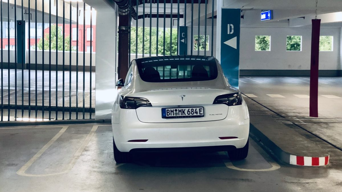 Mein Tesla Model 3 in einem Parkhaus in Hürth